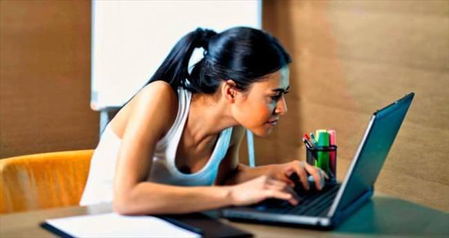 Saatlerce bilgisayar başında oturmak hemoroid sebebi