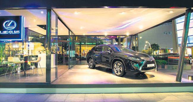 Lexus moda devleriyle yan yana