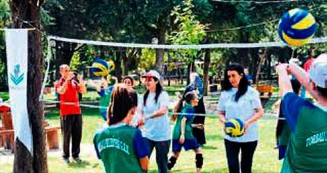 Anneleriyle voleybol oynadılar