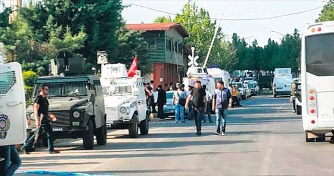 Bağlar'da polis aracına hain saldırı
