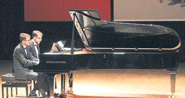 İkiz piyanistlerin büyüleyen konseri