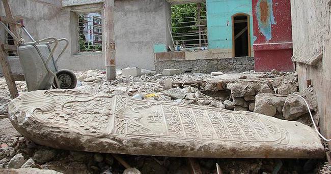 Tarihi camiden çıkan mezar taşı iki asır öncesine ışık tuttu