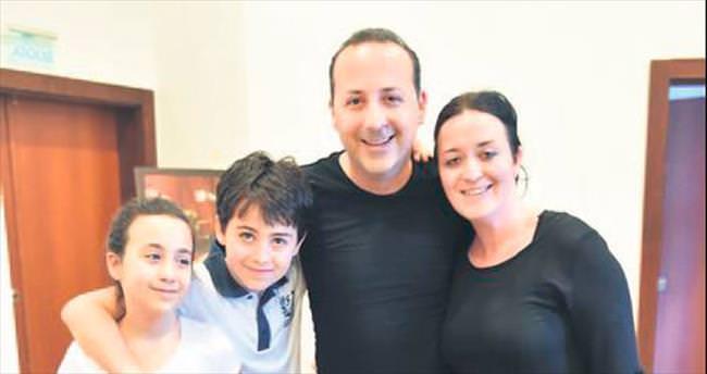 Doğum gününü kuliste ailesiyle birlikte kutladı