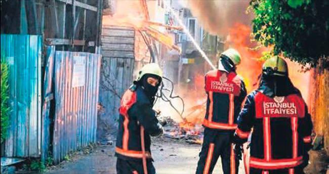 Tarihi binalar yandı