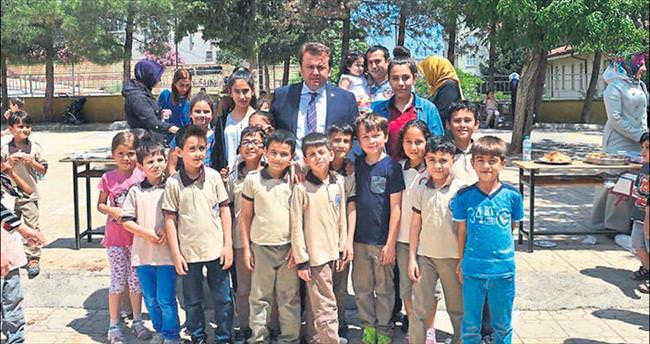 Çocuklardan Başkan Erkoç'a yoğun ilgi
