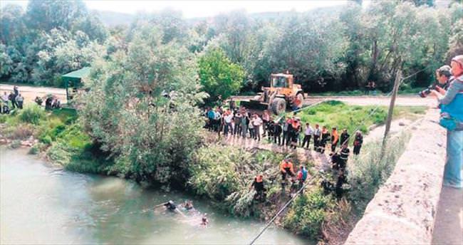 Kızılırmak Nehri'ne otomobil düştü: 3 ölü