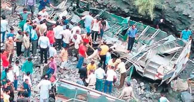 Hindistan'da çifte kaza, 30 can aldı