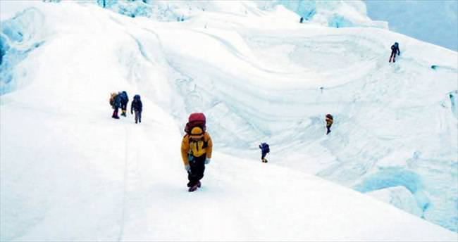 2 dağcı Everest'te can verdi