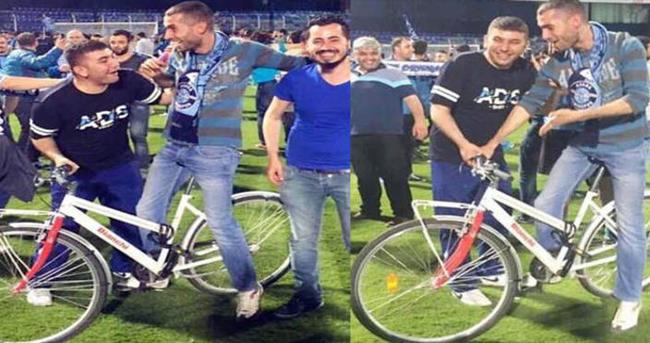 Adana Demispor taraftarı sahaya bisikletle girdi!