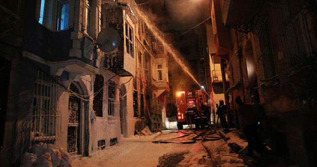 Beyoğlu'nda 4 katlı bina alev alev yandı