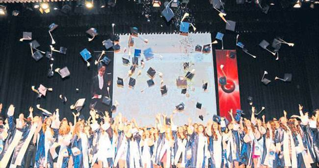Özel Ege Lisesi 25. Dönem mezunları kep giydi