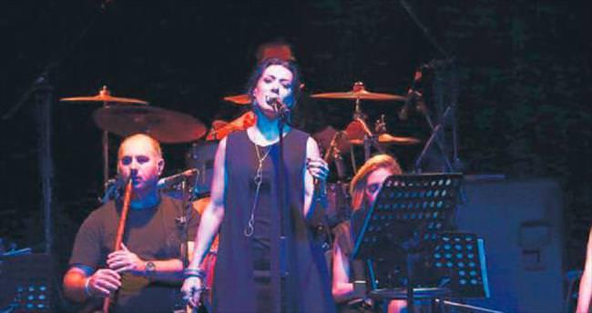 Gülay'dan üç saatlik sahne performansı