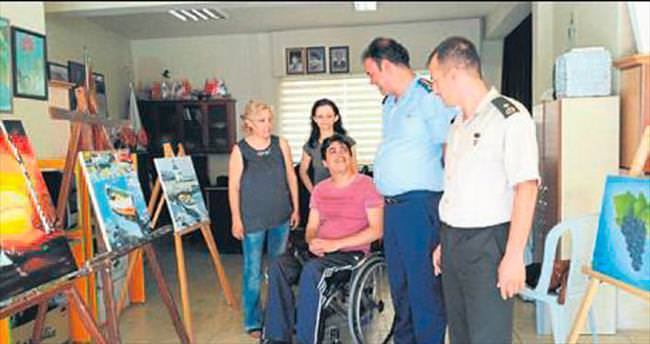 Engelli gençlerin resimleri kampta