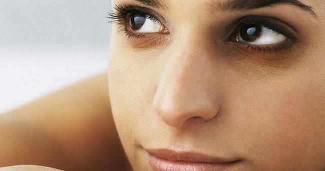 Gözlerin altındaki mavi halkalar nasıl kaldırılır