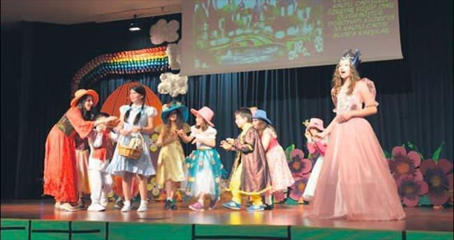Arı'lı öğrenciler 'Oz Büyücüsü' ile büyüledi