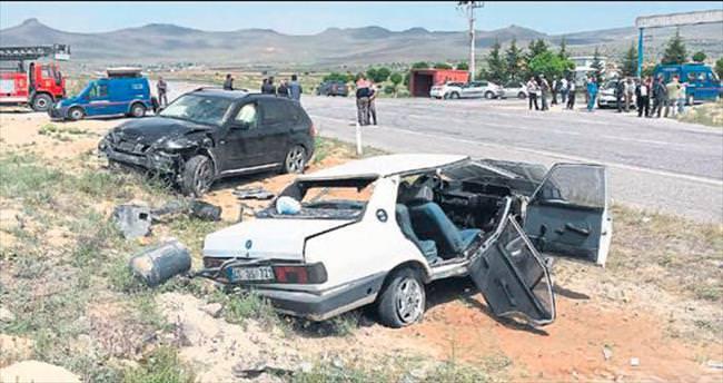 Aynı aileden 3 kişi feci kazada öldü