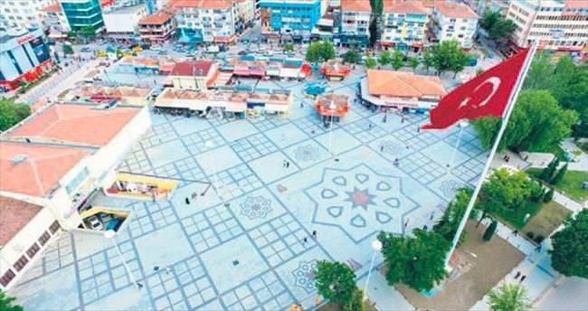 Lale Meydanı'na Türk bayrağı
