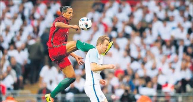 Alves yine uslu durmadı!