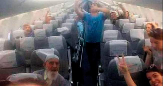 Yolcuların inadı uçağı tekrar kaldırdı