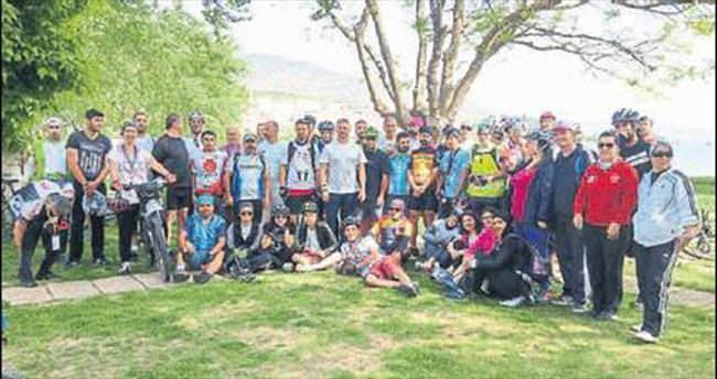 Bisikletçilerden gülün yolculuğu