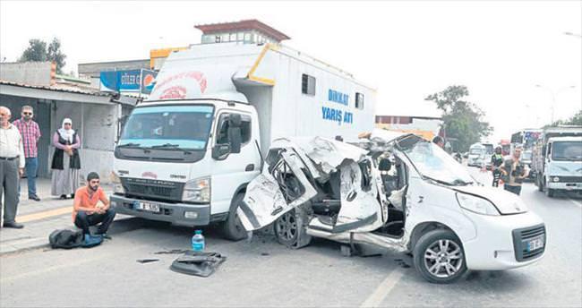 Otomobil kamyona çarptı: 1 ölü, 2 yaralı