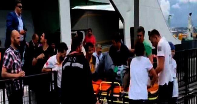 Arabalı vapur iskeleye çarptı, 2 kişi yaralandı