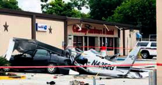 Park etmiş otomobilin üzerine uçak düştü