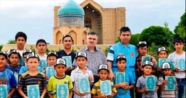 Ahmet Yesevi'nin torunlarına Kazakça mealli Kuran'ı Kerim