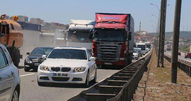 TEM'de 4 kişinin yaralandığı kaza trafiği kilitledi