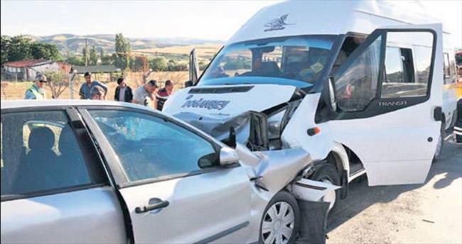 İşçi servisi ile otomobil çarpıştı: 20 kişi yaralı