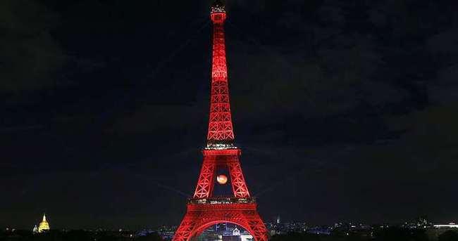 Eyfel Kulesi yine kırmızı beyaz