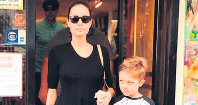 Jolie oğlu ile alışverişe çıktı