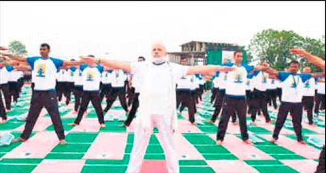 30 bin kişiye yoga yaptırdı