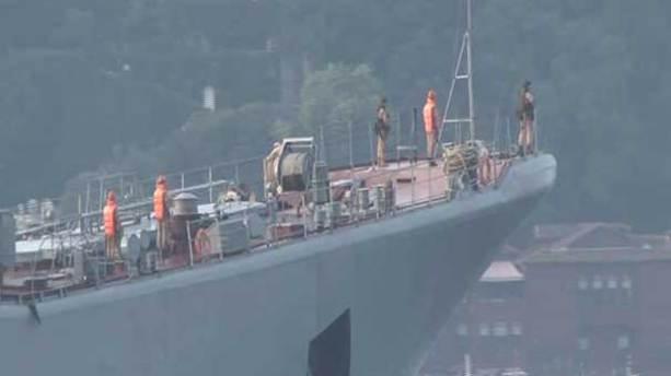 Rus savaş gemisi eli silahlı askerler eşliğinde boğazdan geçti