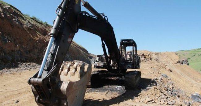 PKK'lı teröristler iş makinalarını ateşe verip...