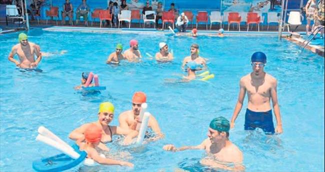 Avrupalı öğrenciler engelli havuzunda