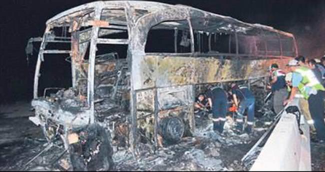 Bariyerlere çarpan otobüs yandı: 1 ölü