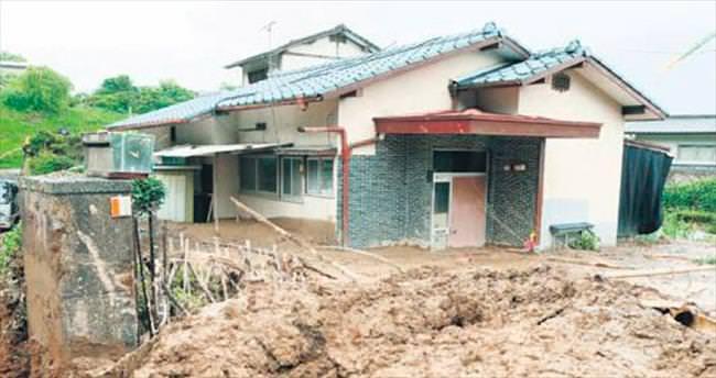 Adayı önce deprem sonra da sel vurdu