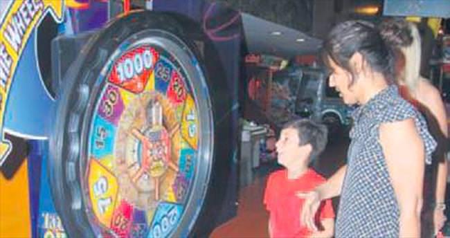 Kızı Hira ile oyun oynayıp çocukluğuna döndü