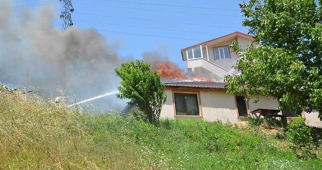 Darp ettiği eşi içerideyken evi yaktı