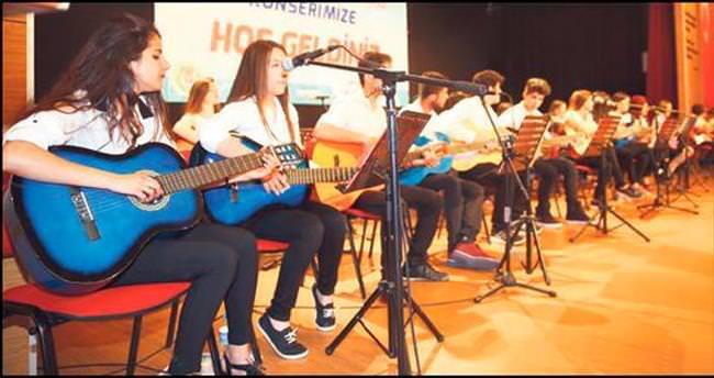 Genç gitarcıların ilk konser heyecanı