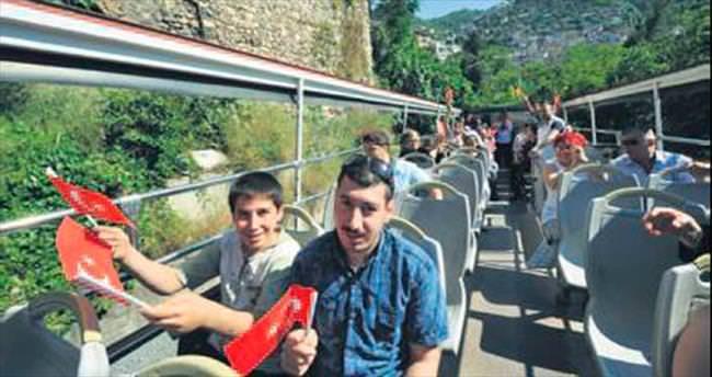 Engelli çocukların tur otobüsü keyfi