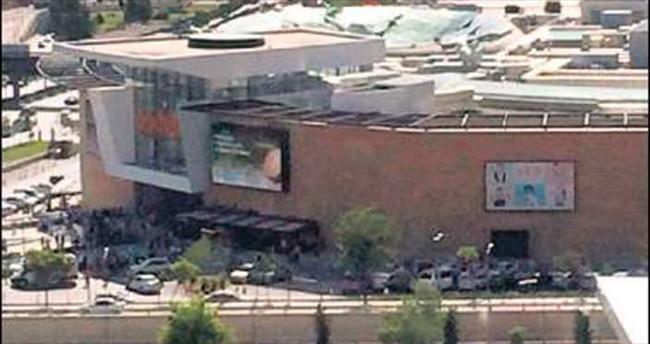 AVM'nin çatısı çöktü: 3 yaralı