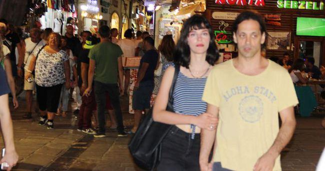 Kaan Tangöze sevgilisiyle kol kola Bodrum sokaklarında