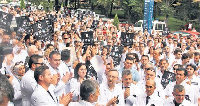Yüzlerce eczacı meslektaşları için toplandı