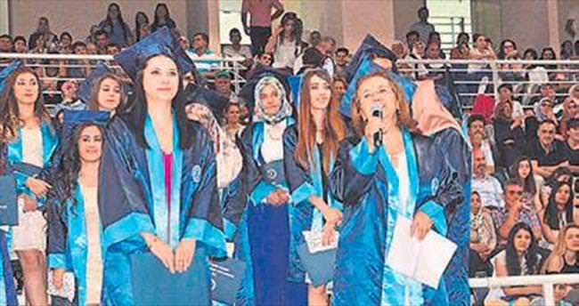 PAÜ'de analı-kızlı mezuniyet sevinci