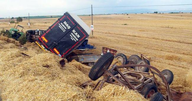 TIR römorklu traktöre çarptı: 2 ölü, 4 yaralı
