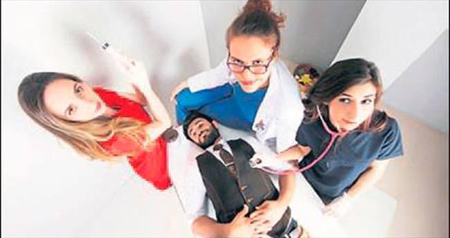 Genç doktorların mezuniyet pozları