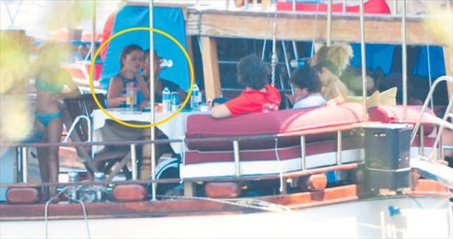 Teknede içip kafa dağıtıyor