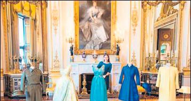 Kraliçe'nin kıyafetleri görücüye çıkıyor